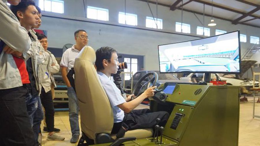 Học viên học lái xe mô hình trước lúc học thực hành